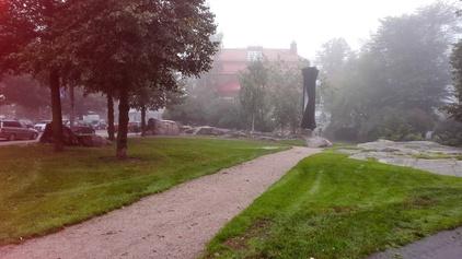 Matti Heleniuksen puisto, Kallion kirjasto taustalla