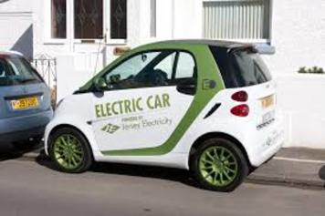 Sähköauto parkissa