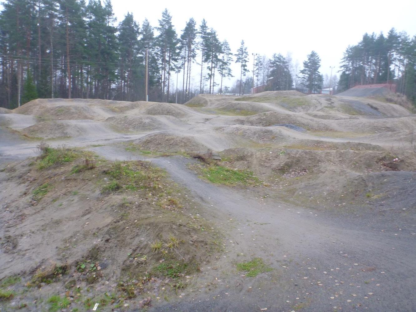 Pienille polkupyöräilijöille temppupaikka tyhjennetystä leikkipaikasta