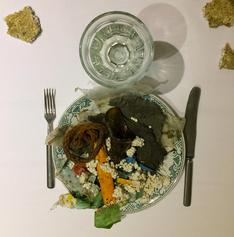 Kuva ateriasta  Ehtoollinen on katettu -installaatiosta / Maaretta Caselius 2017