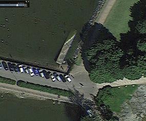 Tervasaaren edustalla oli aiempana kesänä isompi kaltevasti ankkuroitu laiturinkappale, jossa valkoposkihanhet poikueineen viettivät aikaa. Kuvan lähde: Google Earth.