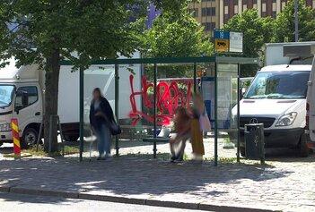 Töhritty bussipysäkki Hakaniemen torilla.