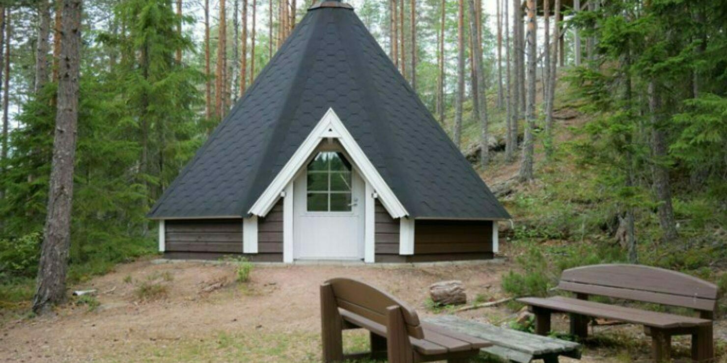 Keskuspuistoon levähdyspaikkoja, kotia, retkipöytiä ja muita retkeilyä palvelevia rakenteita asukkaiden käyttöön