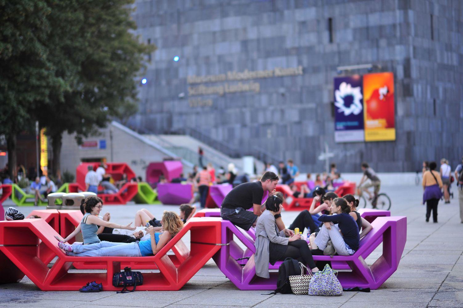 Säänkestäviä ja siirreltäviä istuskelupenkkejä aukioille ja puistoihin