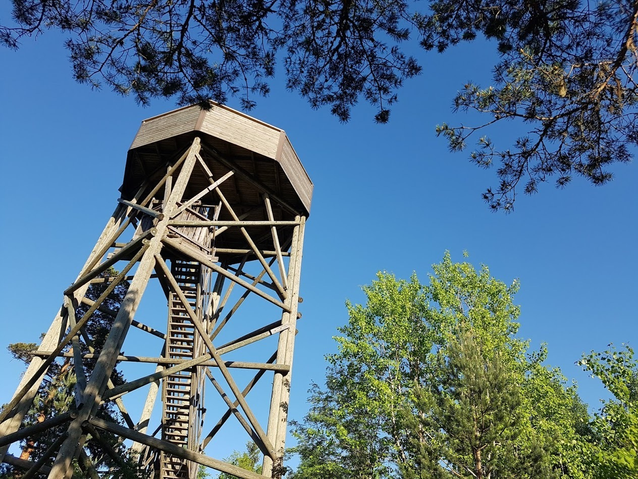 Talinhuipun näkötorni ja Talinrannan eli Ison Huopalahden reunaman kävely- ja pistolaiturit