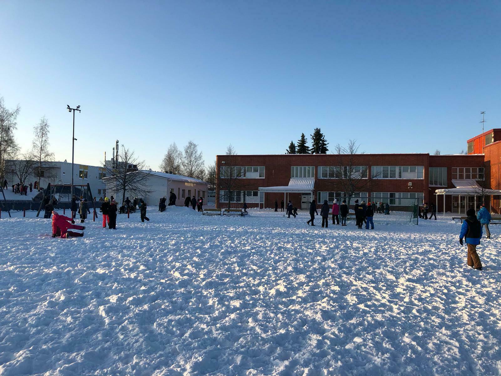 Tekonurmikenttä Suutarilan ala-asteen koulun pihalle