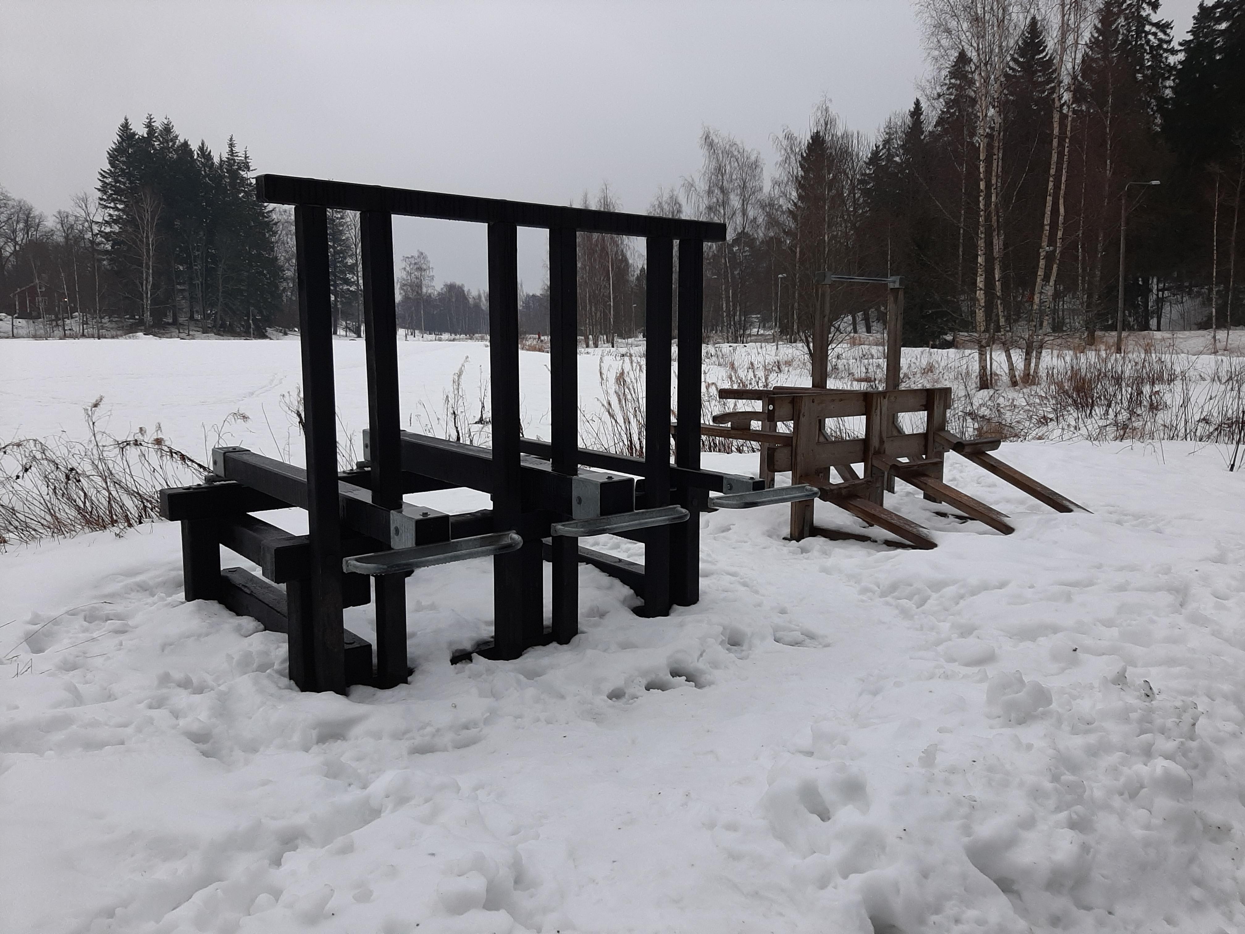 Monipuolisia kuntoilulaitteita Henrik Borgströmin puistoon Laajasalon Tullisaareen