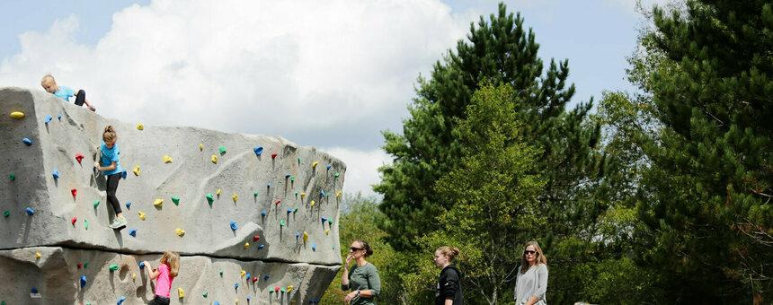 Boulder-kiipeilyseinä, aikuisten koripallokenttä ja frisbeeharjoituskorit Myllypuron liikuntapuistoon