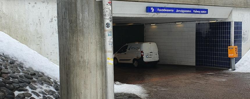Betonipylväs lähellä kevyen liikenteen alikulkua Haagan pappilantien länsipäässä