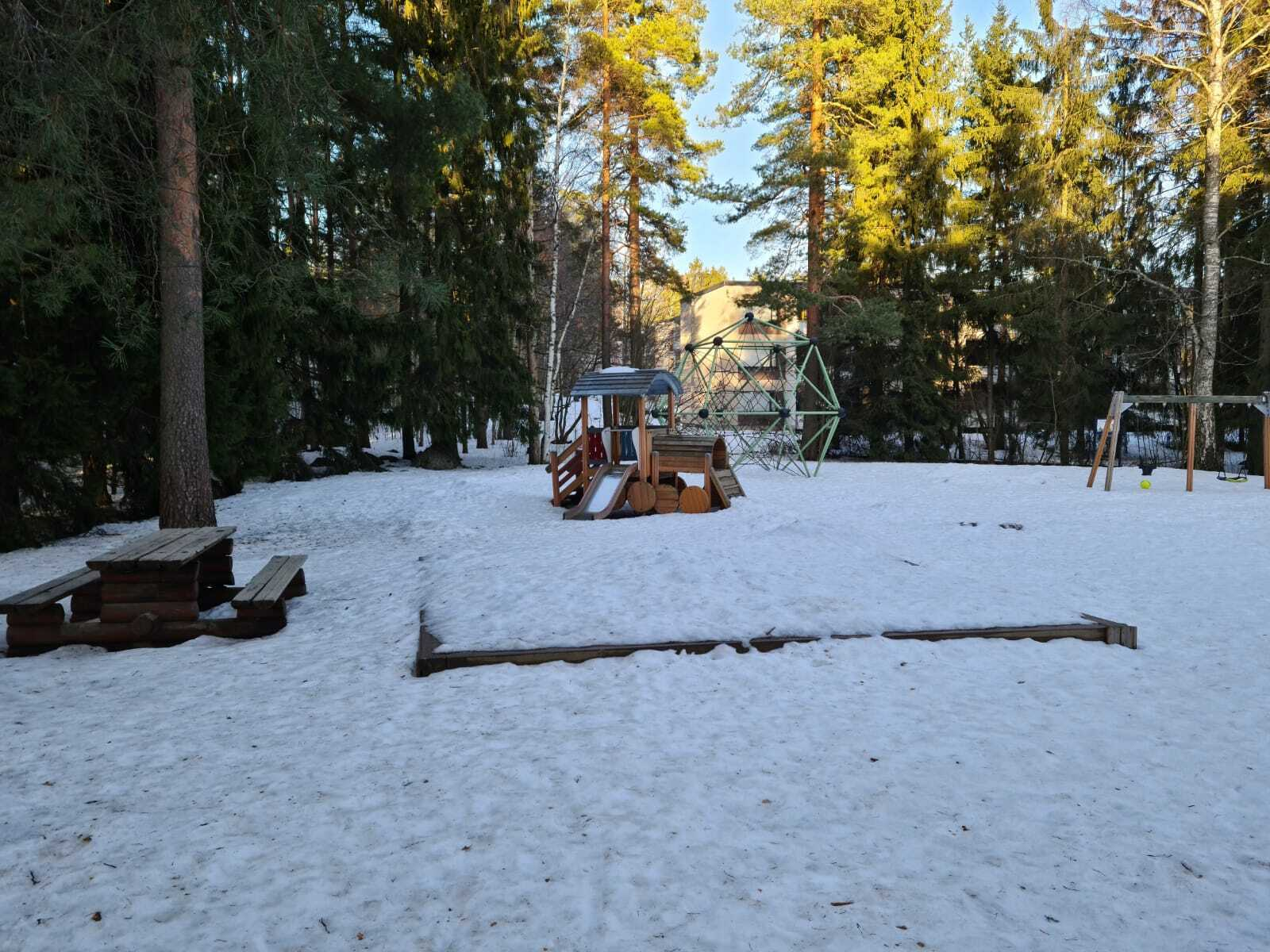 Valoa, turvallisuutta ja leikkivälineitä lapsille leikkipuistoihin Suurmetsään, Jakomäkeen ja  Alppikylään