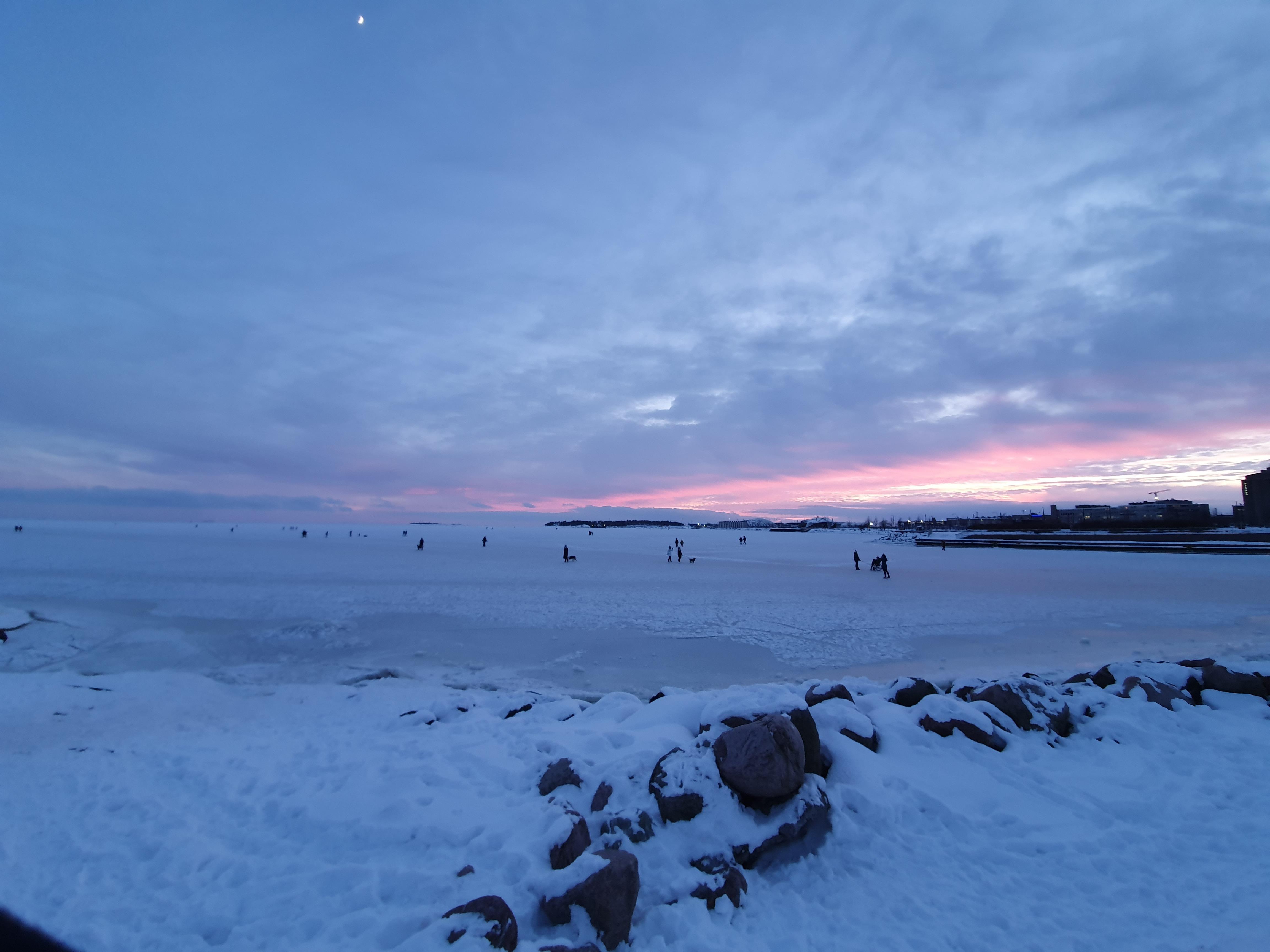 Uimalaituri, uimakopit ja penkkejä Eiranrantaan