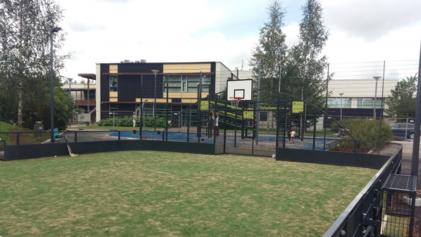 Monitoimikentällä voi pelata monenlaisia pallopelejä koripallosta sählyyn. Kuva: Vepe.fi