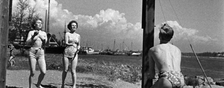 Lentopallonpeluuta Sompasaaressa 1950-luvulla, kuvaaja tuntematon.