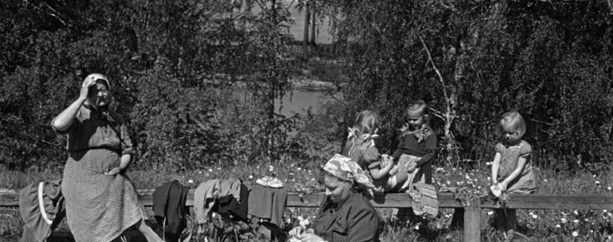 Naiset ja lapsia kesäpäivänä Sompasaaressa. 1950-luvun alku. Kuvaaja: Eino Heinonen