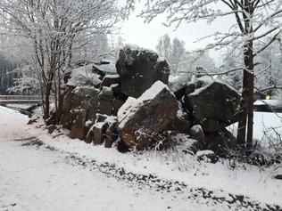 Ilmapommin osuman saanut kivi Broändan puron vierellä Melatien varressa.