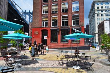 Esimerkki vastaavasta edullisesti toteutetusta katuaukiosta eli squeetistä (square + street = squeet), New York