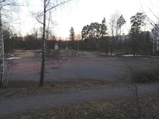 Strömsin puisto Kreijarinkujan suunnasta kuvattuna