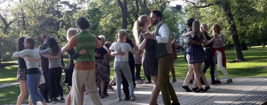 Tanssiin, joogaan ja muuhun urheiluun tai esiintymiseen soveltuva katettu puulava / alusta
