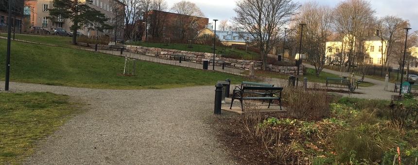 Hermanninpuistoon kuntoilupiste, piknikpöytiä sekä suojaa antava katos