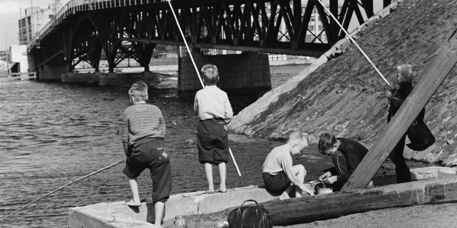 Lapset ongella Lauttasaaren sillan korvassa. Kuva: Volker von Bonin. 06/1960.